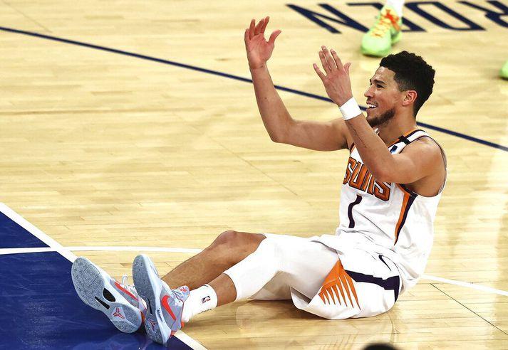 Devin Booker fórnar höndum í leiknum gegn New York Knicks í gærkvöld þar sem Phoenix Suns höfðu þó að lokum betur.