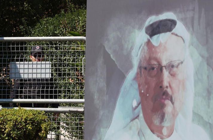 Mynd af Khashoggi fyrir utan ræðisskrifstofu Sáda í Istanbúl þar sem hann var myrtur.