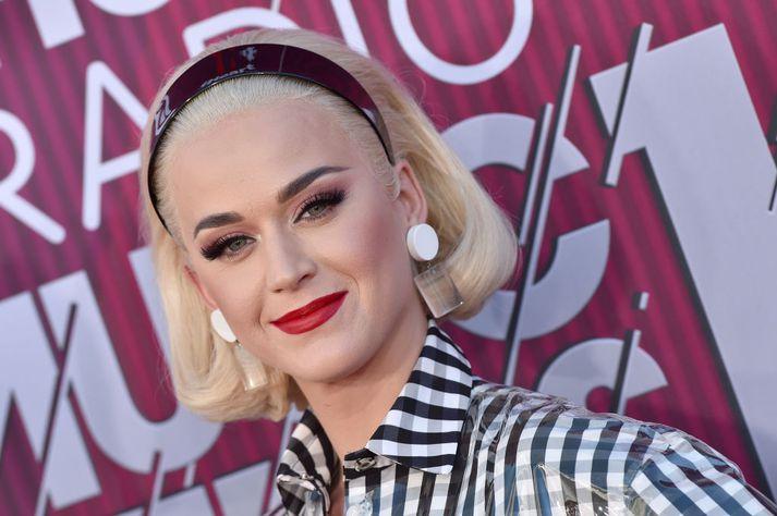 Katy Perry stóð í fasteignadeilum við tvær nunnur.