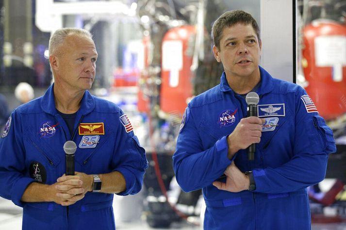 Geimfararnir Bob Behnken (t.h.) og Doug Hurley (t.v.) urðu fyrir valinu í jómfrúarferð Dragon-geimferju SpaceX með menn innanborðs. Báðir eru þeir hoknir af reynslu í geimferðum og eru giftir geimförum.