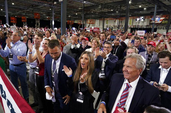 Stuðningsmenn Trump fagna komu hans á fjöldafundinn.