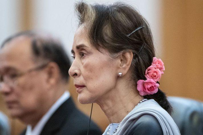 Nokkrir af helstu leiðtogum landsins, þar á meðal Aung San Suu Kyi, hafa verið hnepptir í varðhald.