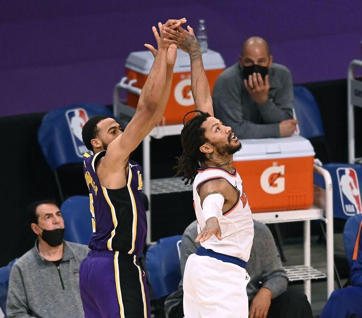 Talen Horton-Tucker skorar sigurkörfu Los Angeles Lakers gegn New York Knicks án þess að Derrick Rose komi vörnum við.