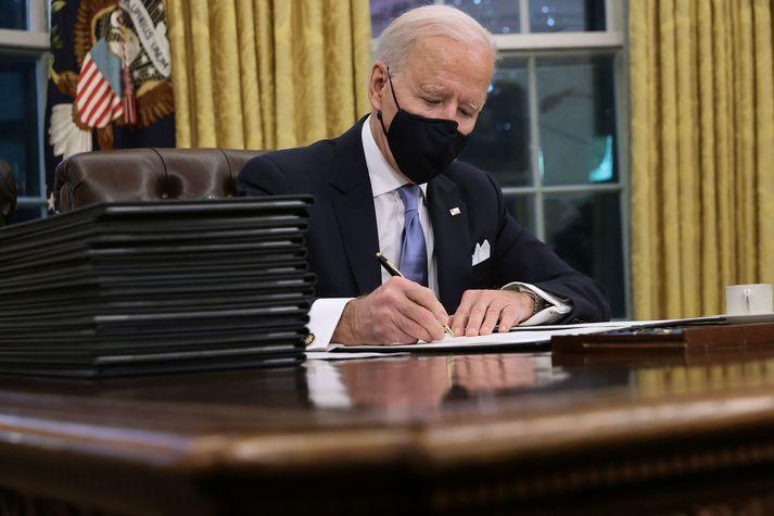 Joe Biden skrifaði undir sínar fyrstu forsetatilskipanir í dag, strax á fyrsta degi í embætti.