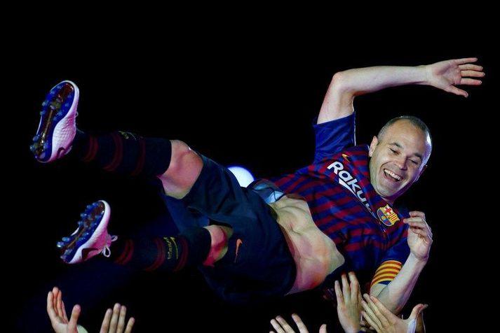Andres Iniesta fékk að fljúga eftir síðasta leik sinn með Barcelona fyrir nákvæmlega tveimur árum síðan.