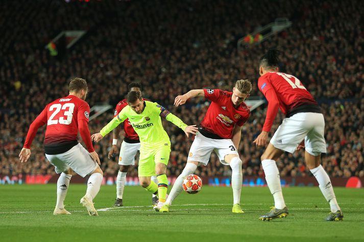 Umkringdur Messi í kvöld.