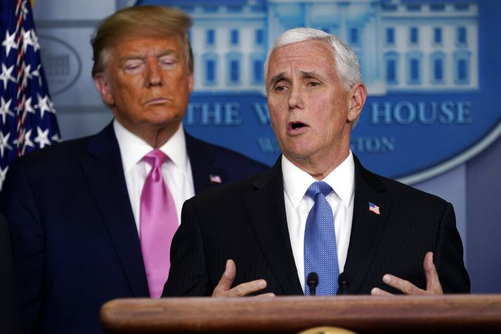 Pence og Trump á blaðamannafundinum um kórónuveiruna í gærkvöldi. Trump fól Pence að stýra viðbrögðum við veirunni.