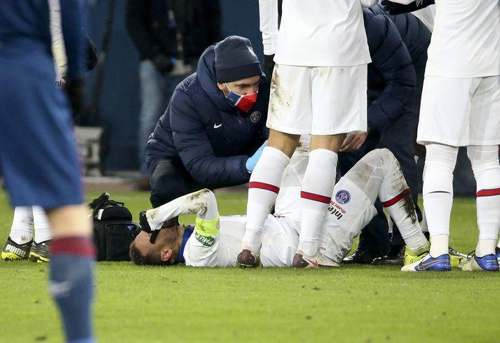 Neymar liggur meiddur á vellinum í leik gegn SM Caen í franska bikarnum 10. febrúar síðastliðinn.