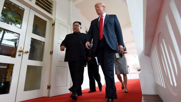 Kim og Trump gengu hlið við hlið til fundarins.