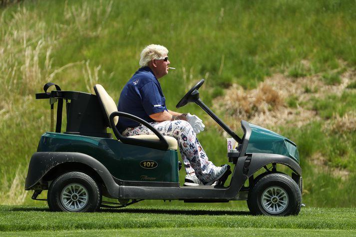 Daly á golfbílnum.