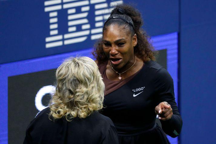 Serena Williams brást í grát þegar dómarinn gaf Osaka heilan leik vegna þriðja brots Serenu, þegar hún kallaði hann þjóf. Williams ræddi við yfirdómara mótsins sem ákvað að gera ekkert í málinu.