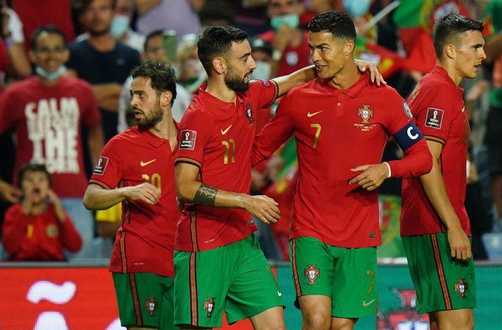 Bruno Fernandes og Cristiano Ronaldo þurfa eru á leið í úrslitaleik gegn Serbum um efsta sæti A-riðils.