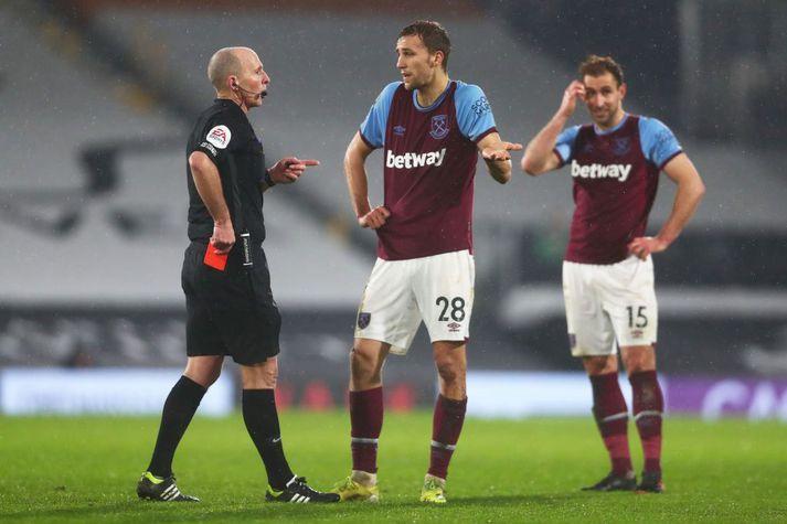 Dómarar geta gert mistök, jafnvel þegar þeir mega skoða endursýningar, og sú varð raunin á dögunum þegar Mike Dean rak West Ham manninn Tomas Soucek af velli.