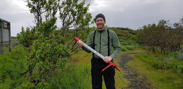 Guðmundur Ingi Guðbrandsson umhverfisráðherra gróðursetti tré í dag ásamt öðru starfsfólki umhverfis- og auðlindaráðuneytisins.