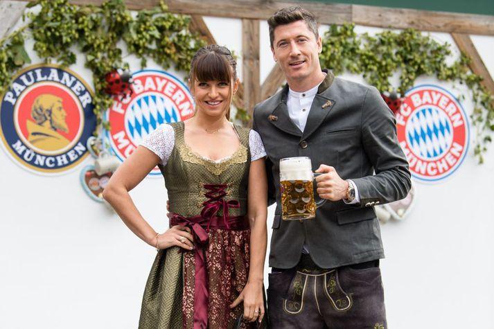 Leikmenn Bayern halda ávallt upp á Októberfest líkt og flestir aðrir íbúa München. Hér er Robert Lewandowski með Önnu konunni sinni í hátíðinni árið 2019 en ekki var hægt að halda hana í fyrra né í ár.