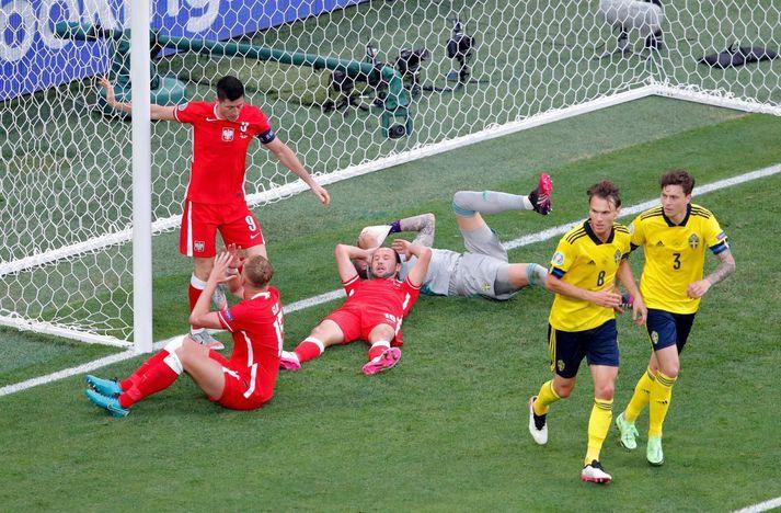 Robert Lewandowski skallaði tvívegis í slána og missti svo boltann í gengum klofið þegar hann reyndi að jafna metin í 1-1.