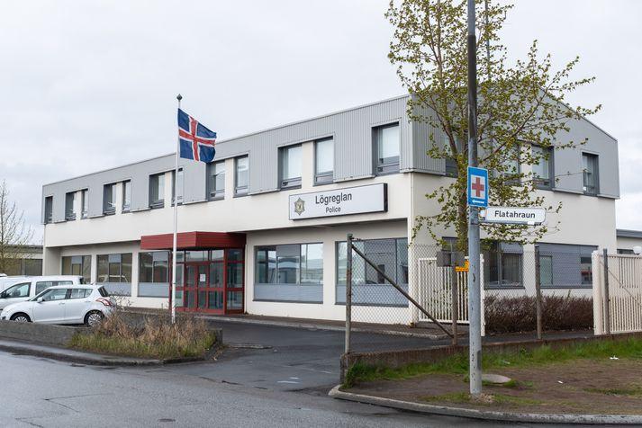 Árásin átti sér stað skammt frá lögreglustöð 2, sem stendur við Flatahraun í Hafnarfirði.