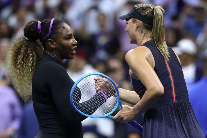 Serena og Sharapova eftir leikinn í nótt.