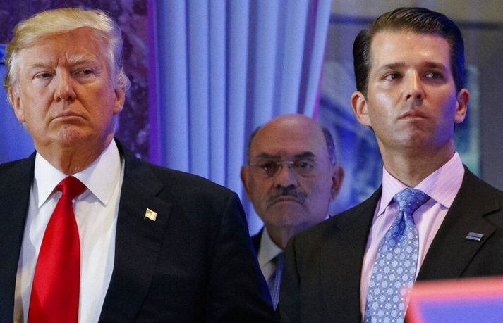 Donald Trump ásamt syni sínum Donald yngri. Fyrir aftan þá stendur Allen Weisselberg.