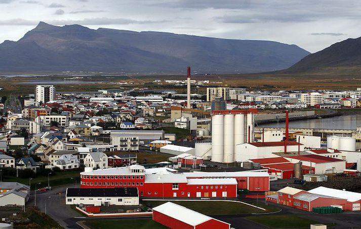Strompurinn á Akranesi sést hér fyrir miðri mynd.