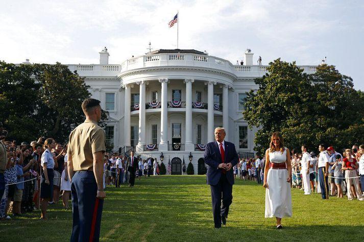 Donald Trump og eiginkona hans Melania við Hvíta húsið í gær.