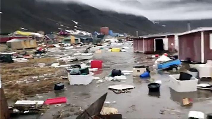 Flóðbylgja sópaði með sér öllu lauslegu þegar hún gekk á land í Nuugaatsiaq.