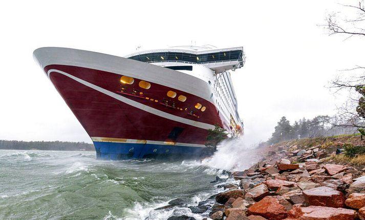 Viking Grace strandað í sjávarmálinu við Maríuhöfn í gær.