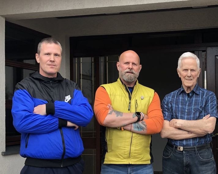 Feðgarnir Rúnar Gunnarsson (t.v.) og Gunnar Gunnarsson (t.h.) með Bubba fyrir framan húsið sem hann keypti af honum Gunnari.