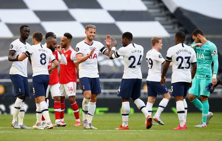 Leikmenn Tottenham fagna sigurmarki Alderweireld í dag.