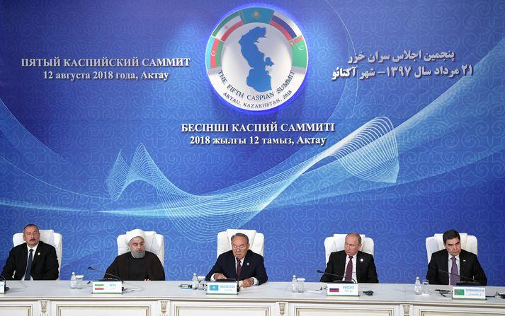 Ilham Aliyev, forseti Aserbaídsjans, Hassam Rouhani, forseti Írans, Nursultan Nazarbayev, forseti Kasakstans, Vladímír Pútín, forseti Rússlands, og Gubanguly Berdimuhamedow, forseti Túrkmenistans, við undirritun samkomulagsins um Kaspíahaf sem fram fór í kasaska bænum Aktau í gær.