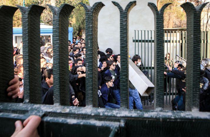 Stúdentar í átökum við lögreglumenn fyrir utan háskóla í Teheran en þar kom til átaka um áramótin.