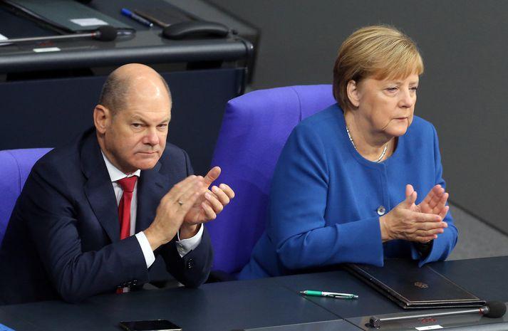 Stjórnmálaforingjarnir Olaf Scholz og Angela Merkel eiga undir högg að sækja í Þýskalandi.