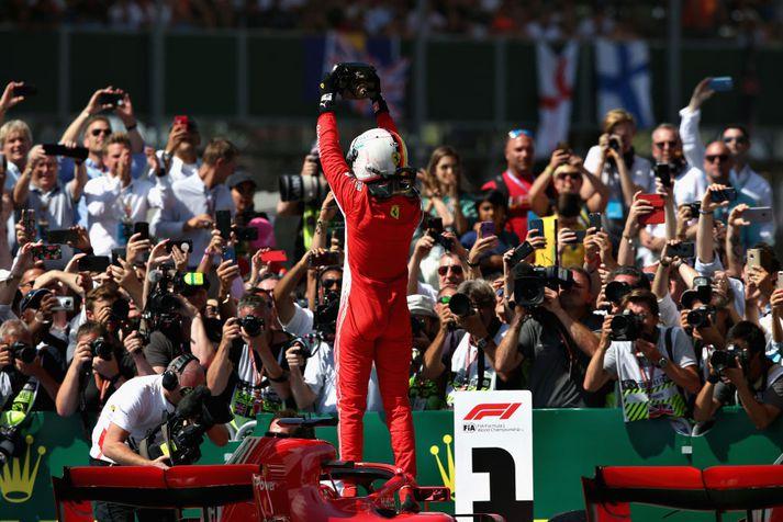 Sebastian Vettel fagnar sigrinum í dag.