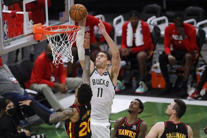 Brook Lopez skorar áðn þess að leikmenn Atlanta Hawks fái nokkuð við ráðið.