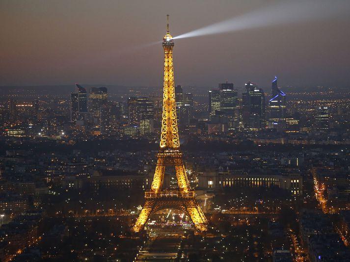 Eiffel-turninn í París hefur verið opnaður á ný eftir lengstu lokun hans síðan í Seinni heimsstyrjöldinni.