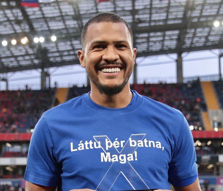 Salomón Rondón, fyrrverandi framherji Newcastle United, hinn kátasti í bol með batakveðju til Harðar Björgvins Magnússonar.
