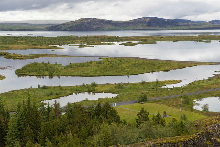 Stúlkurnar fóru út á vatnið snemma í morgun á uppblásnum bát, sem fylltist af vatni.