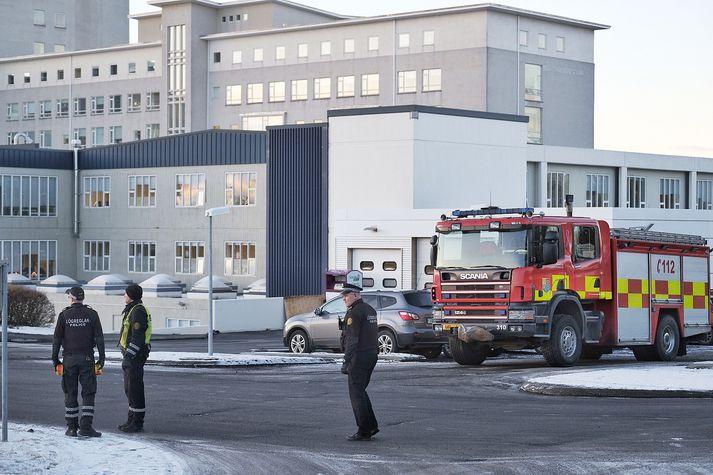 Starfsfólk Landspítalans bíður eftir þyrlu Landhelgisgæslunnar.