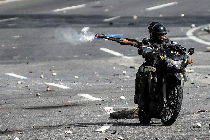 Vopnaður maður á mótorhjóli er sagður hafa hleypt skotum af á kjörstað í Caracas. Myndin tengist fréttinni ekki beint.