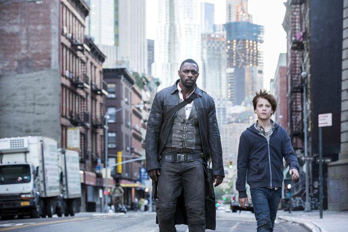 Hinn tilþrifalausi ungi leikari Tom Taylor í hlutverki Jake ásamt Idris Elba sem leikur hinn eitursvala Roland.