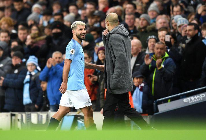 Það var létt yfir Sergio Aguero þegar Pep Guardiola tók hann af velli enda búinn að skora þrennu og sigur Manchester City í höfn.
