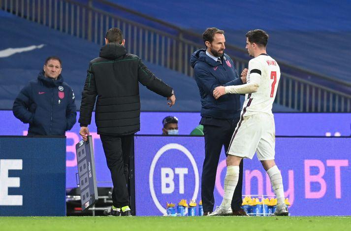 Gareth Southgate tekur í spaðann á Mason Mount sem skoraði annað mark Englands.