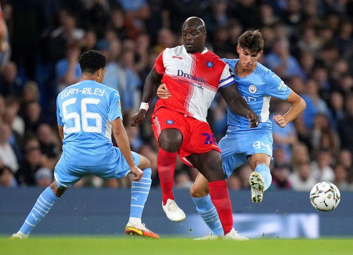 Ungir varnarmenn Manchester City þurftu að hafa mikið fyrir því að stöðva Adebayo Akinfenwa, framherja Wycombe Wanderers.