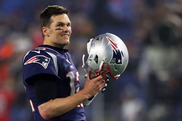 Tom Brady ætlar að spila með Tampa Bay Buccaneers á næsta tímabili sem kemur mörgum á óvart.