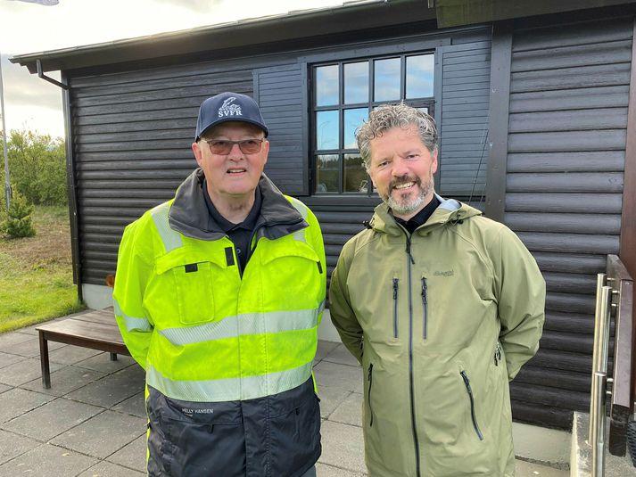 Guðjón og Dagur B. Eggertsson í morgun. Guðjón notar vél sem leysir upp tyggjóið við 100 gráðu hita. Vélin ræður hins vegar illa við niktótíntyggjó.
