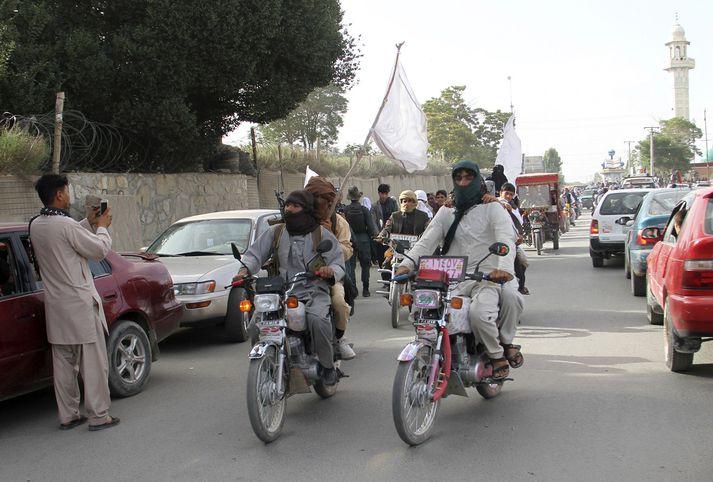 Vígamenn Talibana á ferð um götur Ghazni.