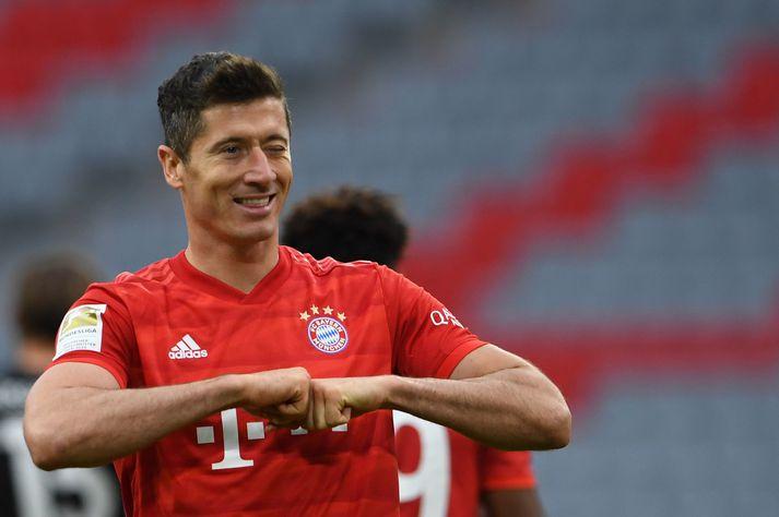 Robert Lewandowski fagnar marki gegn Düsseldorf í gær.