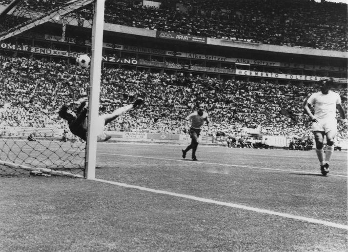 Banks er hér að verja skalla frá Pelé árið 1970. Margir segja enn í dag að þetta sé besta markvarsla allra tíma.