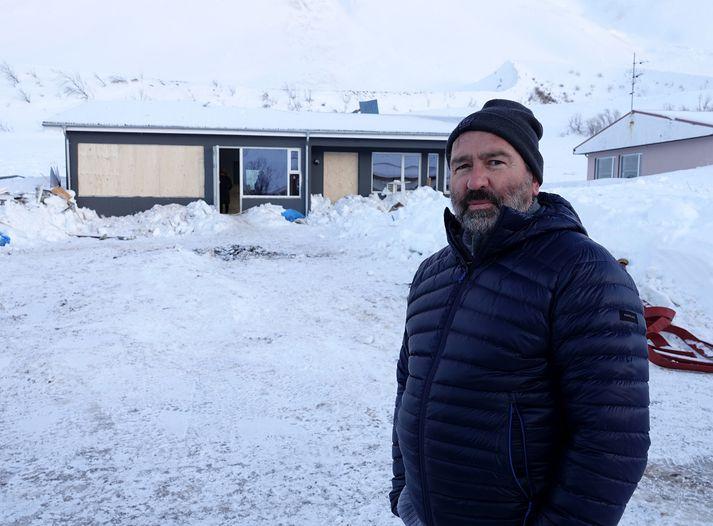 Karl Hjálmarsson við húsið við Ólafstún 14 sem fór illa í snjóflóði á þriðjudagskvöld.
