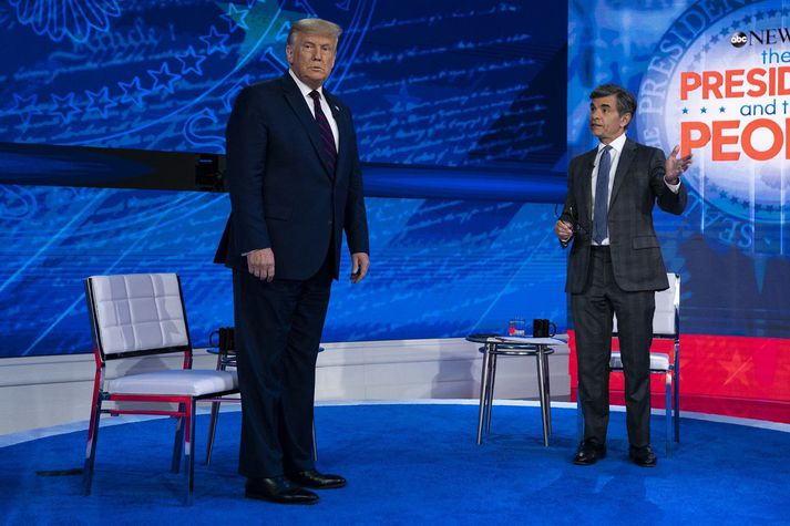 Donald Trump og George Stephanopoulos á sviði í gær.